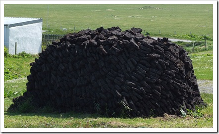 800px-Peat-Stack_in_Ness,_Outer_Hebrides,_Scotland